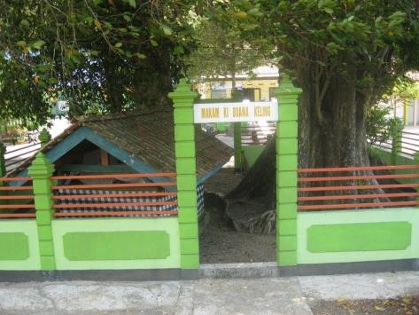 Makam Pangeran Buwono Keling Pendiri Kota Pacitan. Tubuhnya dipisahkan aliran Sungai Keladen karena ditakutkan Hidup kembali akibat memiliki Ilmu Pancasona