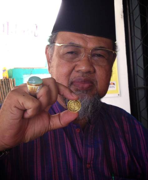 Sultan Huzrin Hood dari Kesultanan Bintan Darul Mahsyur merupakan salah seorang Kolektor Prince Pacitan (Hijau Tosca)