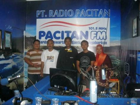 Diwawancarai oleh Radio Pacitan FM bersama dengan Deni Watu-Watu Pacitan, Kang Suparjo dan Arif Putro Lawu